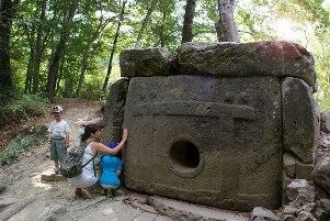 Волконский дольмен, ок. 4000-2500 до н.э., трасса Лазаревское-Сочи, в 2 км от поселка Солоники.